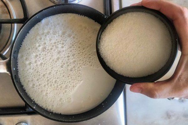 Aqueça o leite e o açúcar