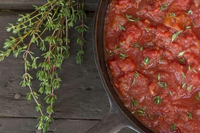 Tomilho no molho de tomate