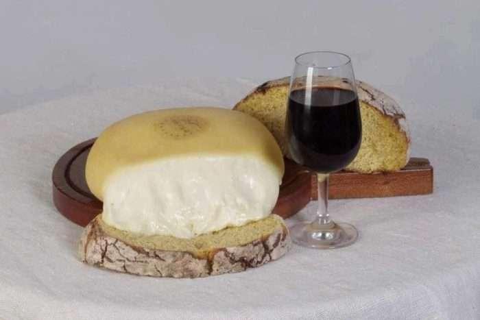 serra de estrela com broa de milho e vinho