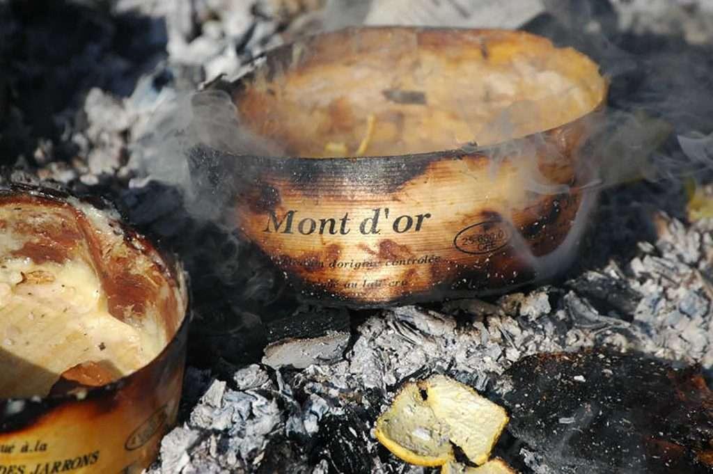 Preparação do queijo Vacherin Mont-d´Or no forno
