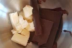 chocolate e manteiga cortada em cubos