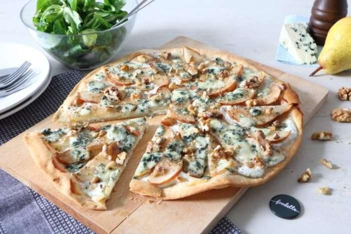 Tartine com pera, nozes e queijo Roquefort
