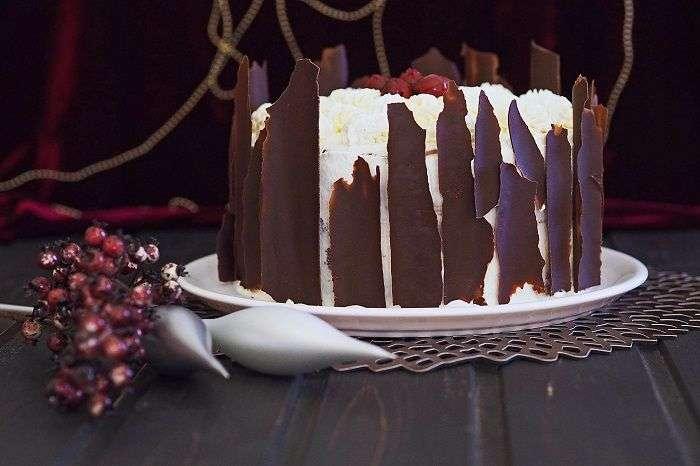 O chocolate foi modelado como cascas de árvore nesta versão do bolo Floresta Negra