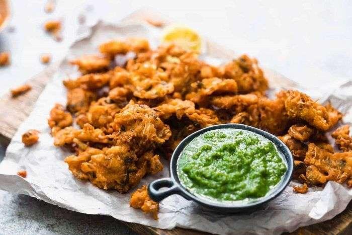 Pakoras são vegetais fritos que foram empanados com farinha de grão-de-bico