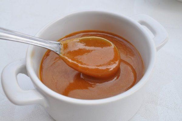Creme de caramelo salgado espesso.
