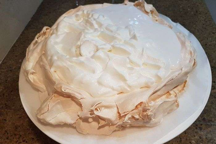 pavlova assada com recheio de chantilly