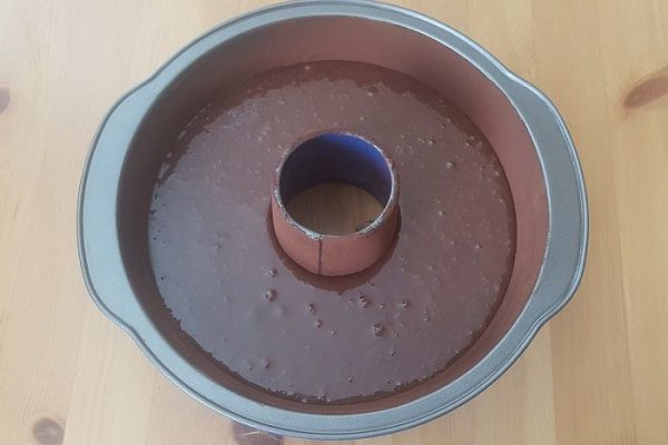 massa do bolo de chocolate simples na forma