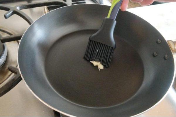 unte a frigideira com manteiga