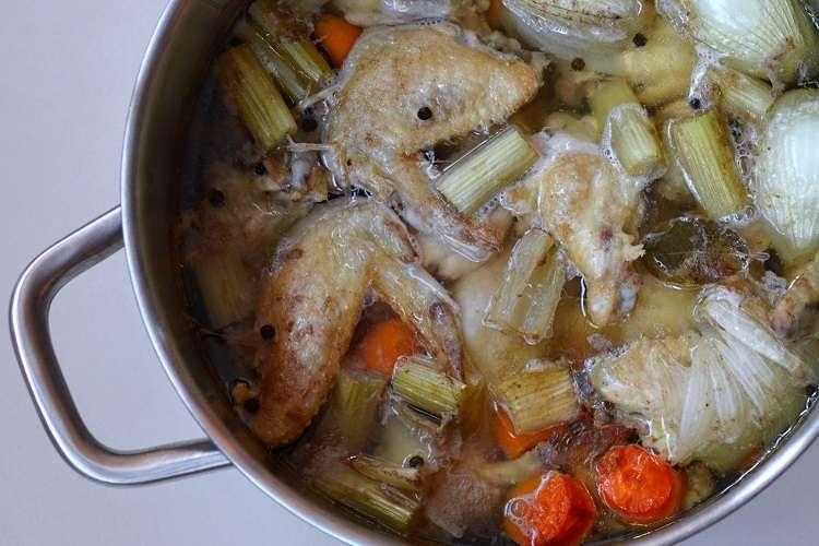 Caldo de galinha ou caldo de frango