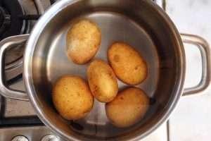 cozinhe as batatas