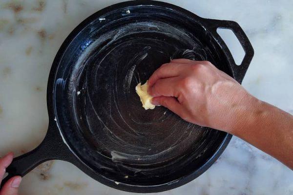 unte uma forma ou panela de ferro com manteiga