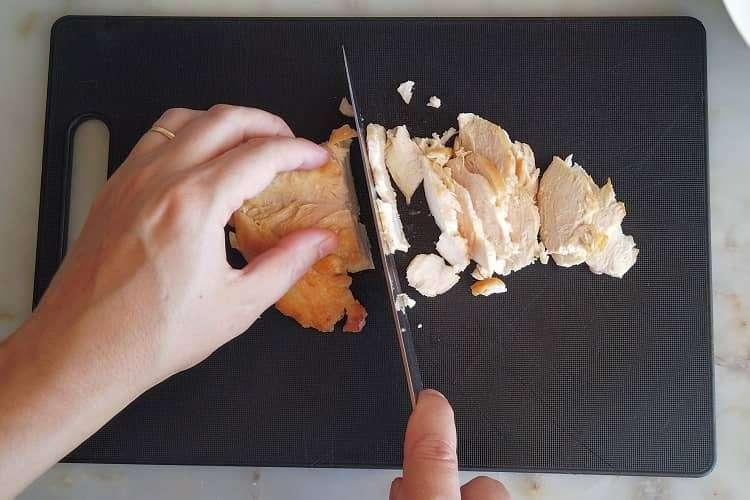 corte o frango em fatias finas