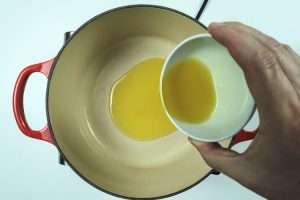 aqueça o azeite em fogo médio
