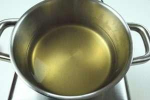 deixe o caldo aquecido enquanto prepara o risoto de alho-poró