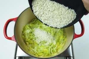refogue o arroz até ficar translúcido